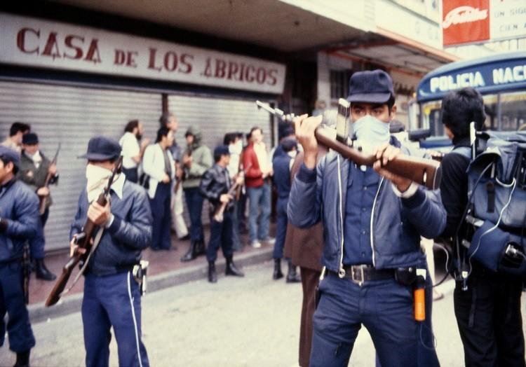 03-1_El comando_de_la_policía_Nacional_repeliendo_protestasen el año 1982. _ JMS